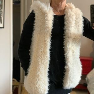 """""""Sherpa"""" hooded vest with pockets."""